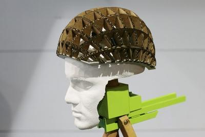 ökologisch und nachhaltig: ein Fahrradhelm aus Pappe wird an den Kopf angepasst