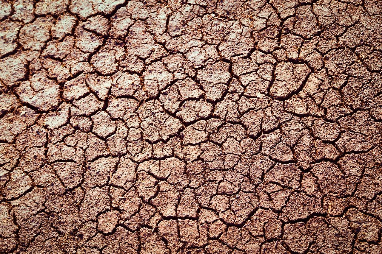 Trockener, rissiger Ackerboden
