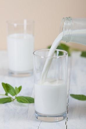 Qmilch Frischmilch wird ins Glas gegossen