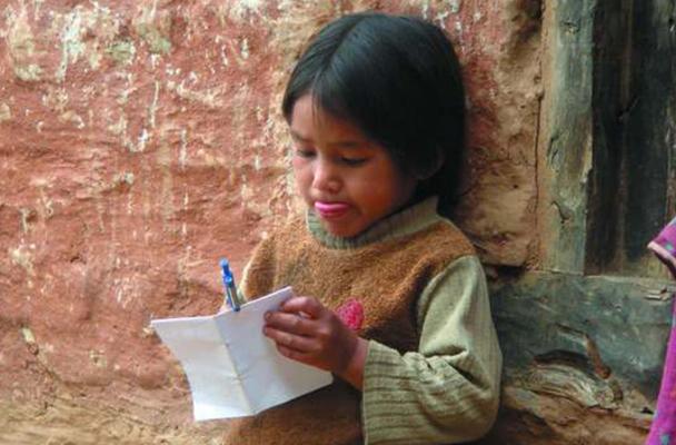 kleines Mädchen in Nepal malt