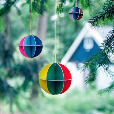 Bunte Design Weihnachtskugeln aus Pappe von Studio ROOF