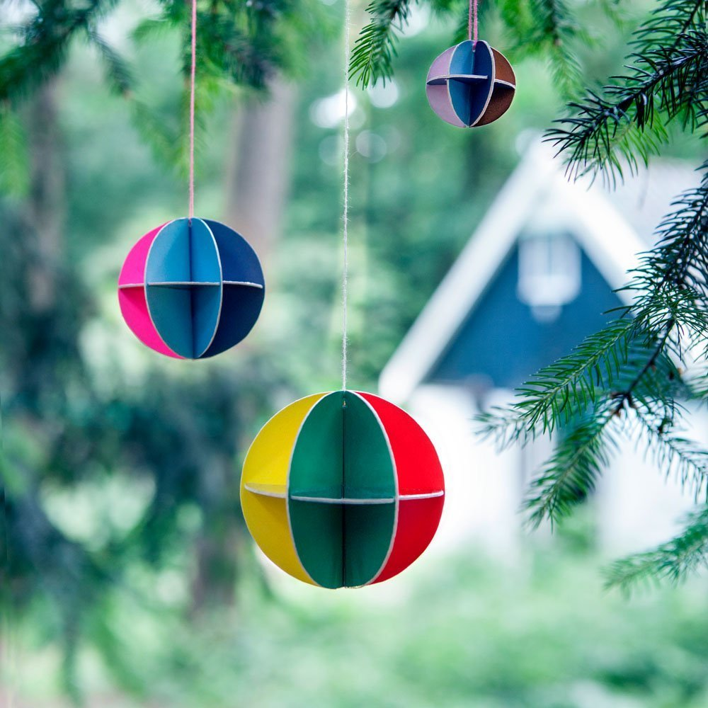 Bunte Design Weihnachtskugeln aus Pappe von Kidsonroof in Papeterie ...